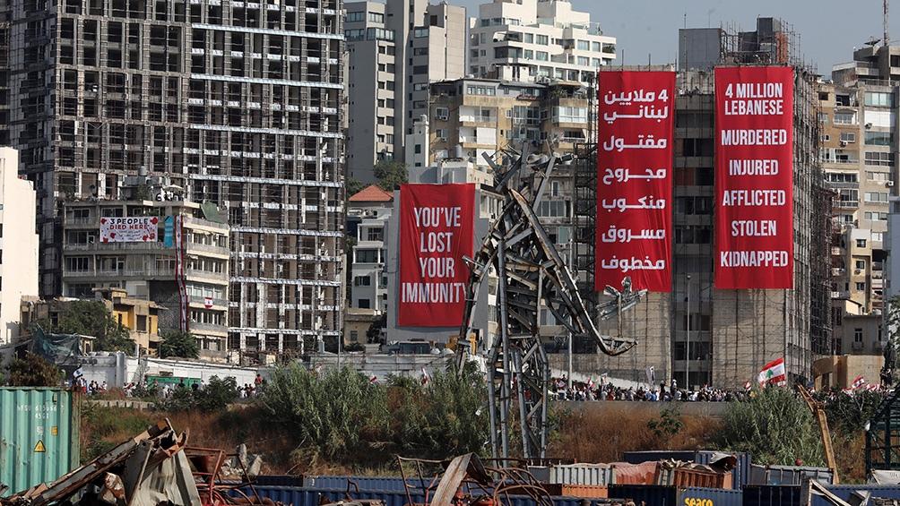 En la zona del puerto, la más afectada de Beirut, enormes carteles en los pocos edificios que quedaron en pie reclaman que se profundice la investigación. (Foto: AFP)