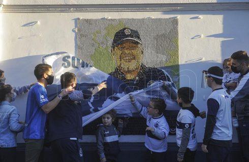 El mural de Gimnasia a Diego Maradona: las mejores fotos