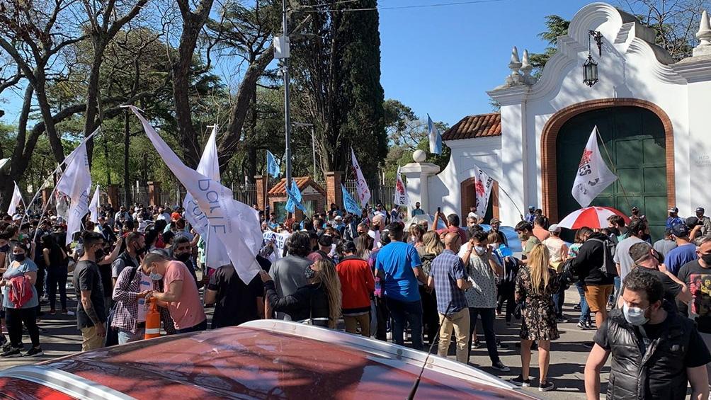 Los manifestantes se concentraron frente a la entrada de avenida Maipú de la residencia.