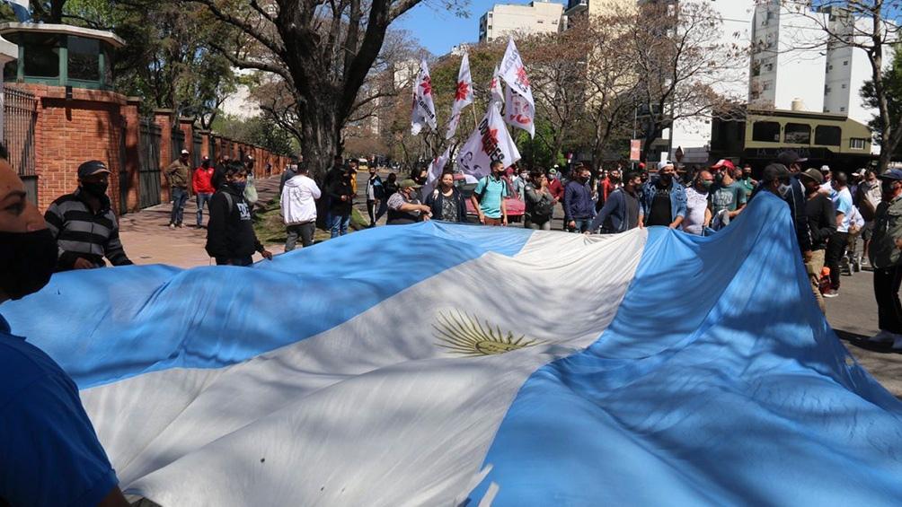 Banderas argentinas y consignas de unidad, en la marcha de apoyo al Gobierno.