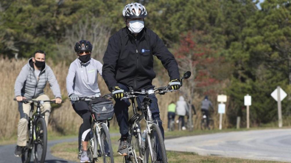 Biden salió a pasear en bicicleta cerca de su casa en el estado de Delaware.