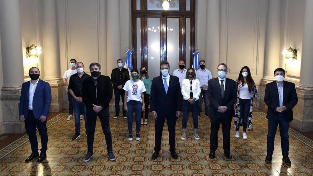 Sergio Massa junto a funcionarios nacionales, intendentes y diputados oficialistas.